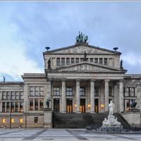 В центре площади располагается Шаушпильхаус – концертный зал, открытый в 1821 году. Здесь проводятся государственные приемы и гала-концерты.