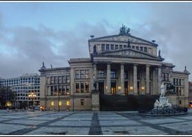 Жандарменмаркт – самая красивая площаль Берлина и моя самая любимая) Свое название площадь получила от находившихся неподалеку казарм королевской жандармерии.