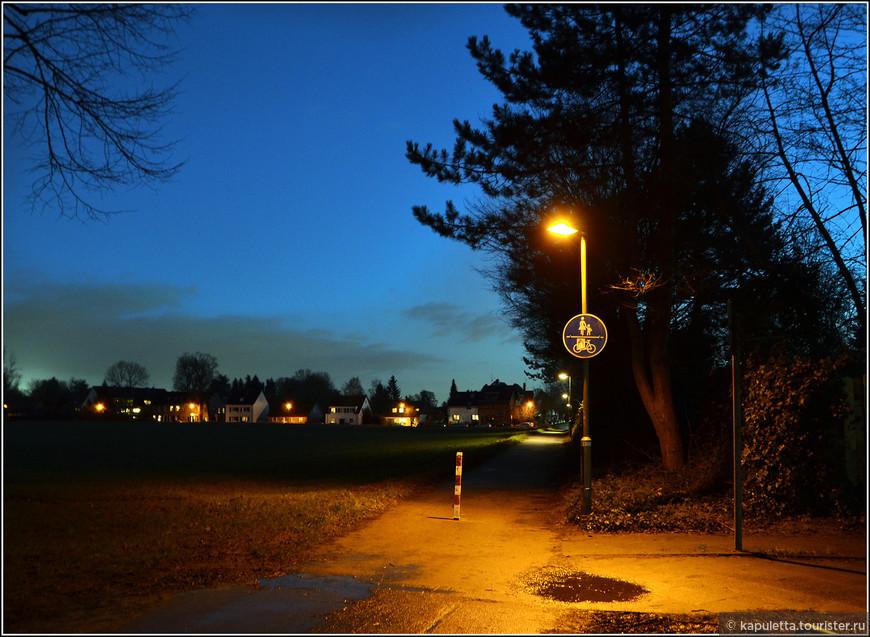 Добраться до Калькума очень просто. Ехать на метро U79 до остановки Kalkumer Schlossallee. Это направление - популярно, в связи с поездками в Северный парк, Японский сад, Аквазоо. Это - одна ветка и одно направление. Кстати, на одну остановку раньше находится Кайзерсверт с остатками бывшего дворца Барбароссы (остановка Klemensplatz)