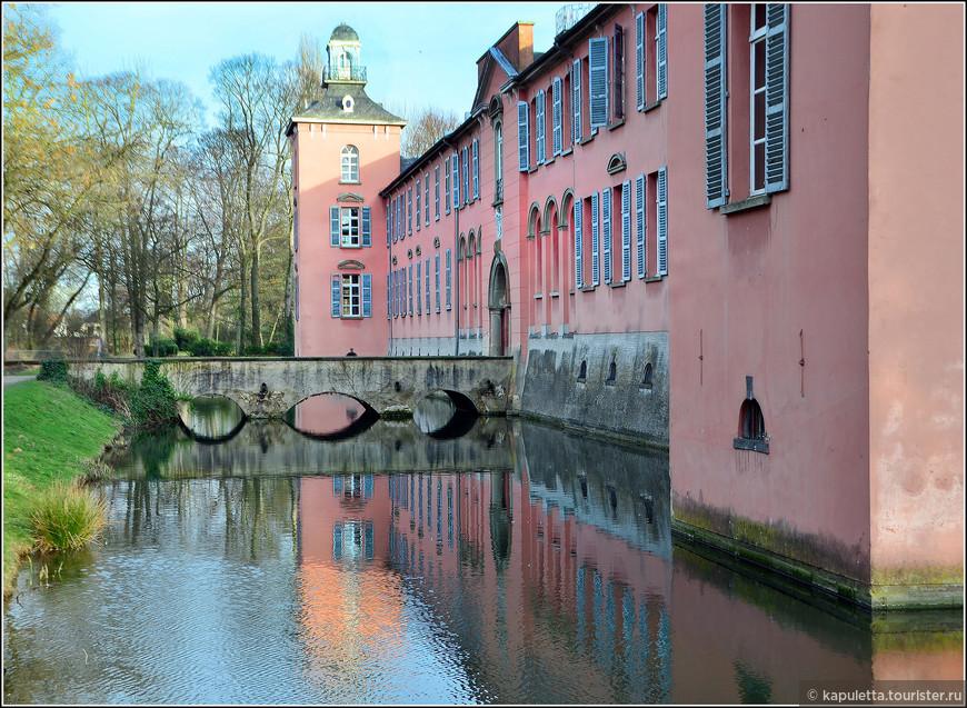 Замок Калькум (Schloss Kalkum)  пользуется огромной популярностью среди туристов (но мы не встретили ни одного, не сезон...) Чем это вызвано? Прежде всего, это очень красивое здание, возведенное в райском уголке. Естественно, замок довольно старый, но благодаря многим качественным реставрациям, оно постоянно восстанавливалось и возвращало свою популярность. Кстати, при реставрациях сохранился первозданный вид замка. Здание было построено в стиле барокко, которому способствуют округлые формы, пышность и богатство. И действительно, Калькум — полное олицетворение стиля барокко.