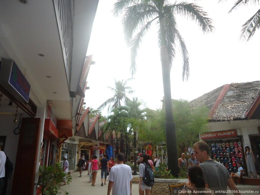 Центр тусовочной улицы D-Mall, которая проходит перпендикулярно линий Белого пляжа и выходит у 2 станции, в 50 метрах от моего отеля.