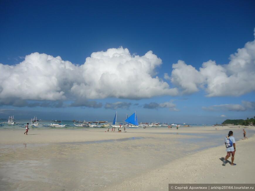 Здесь пляж Боракая - ближе к 1-ой станции, около 8 часов утра в солнечную погоду,которой так не хватало за неделю.что я прожил на острове.
