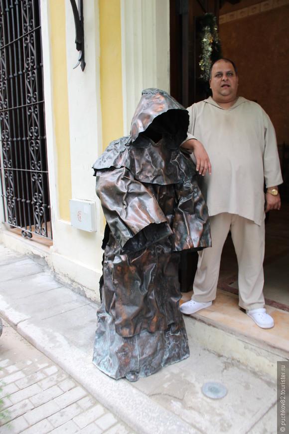 На входе в отель посвященному монахам