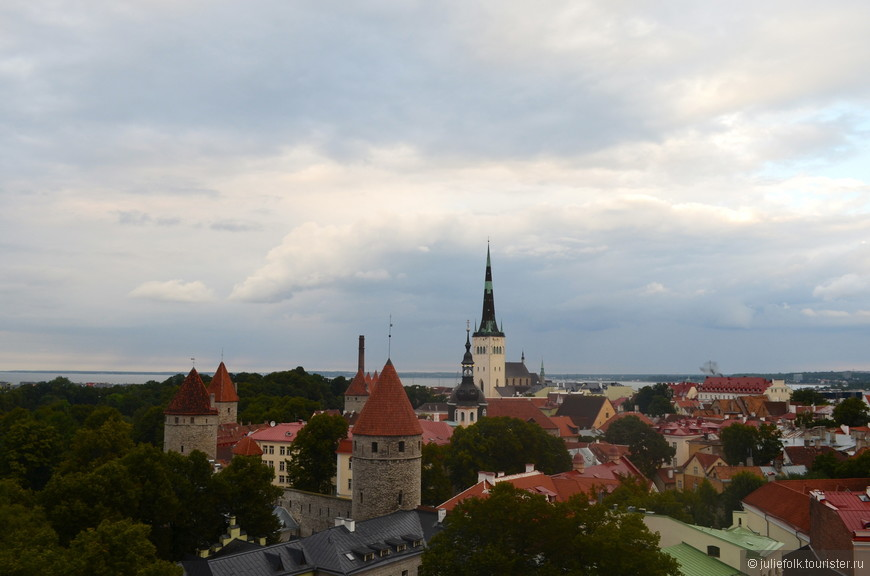 Мы любим забираться куда-то повыше, чтобы осмотреть окрестности. А в Таллине даже не нужно лезть на соборы или телебашни - благодаря перепадам высот, до смотровых площадок можно просто дойти по улицам.