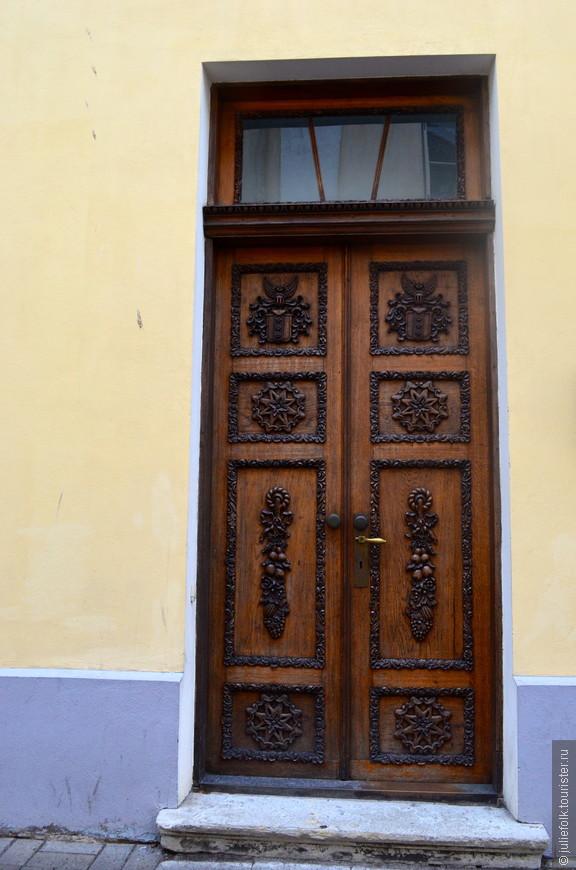 В какой-то момент мое внимание привлекли двери домов в Старом Городе, и не отпускали довольно долго! :))