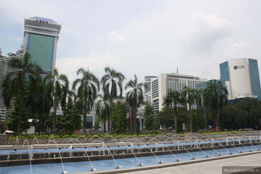 Все дороги в Куала-Лумпуре ведут к башням Петронас. На фото площадь перед ними. Надо отойти подальше, чтобы сами башни влезли в кадр!