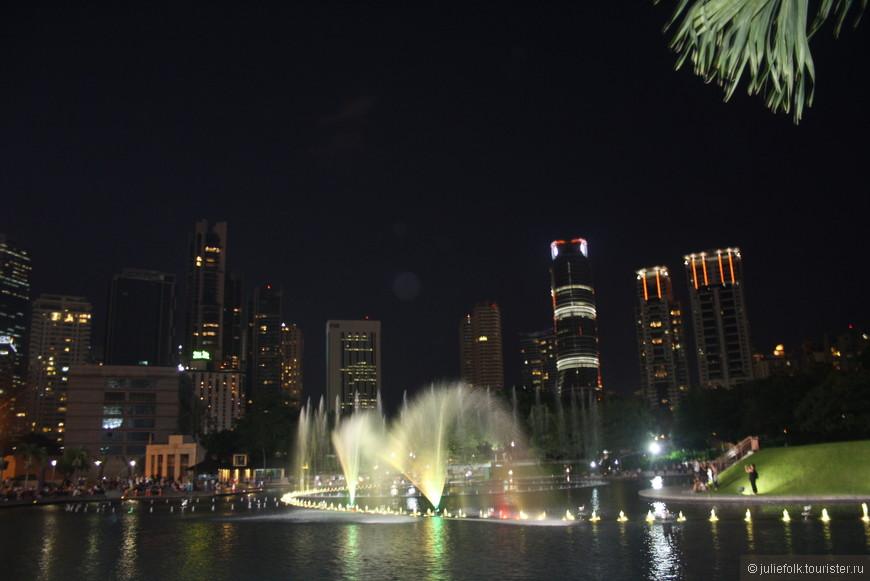 Вечером фонтаны, подсвеченные разными цветами, танцуют под музыку. Зрелище красивое, но снять это практически невозможно :(