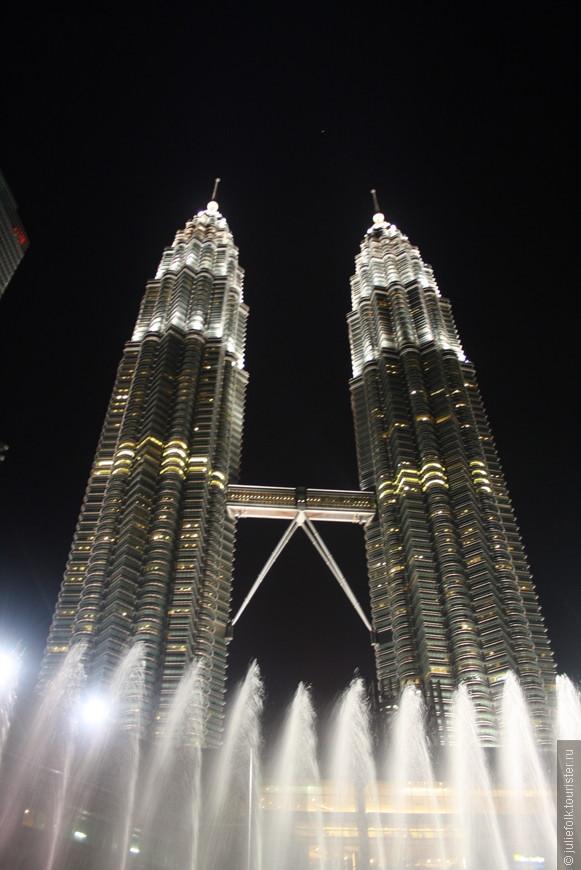 Ночной вид башен не уступает дневному!