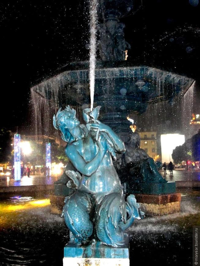 Новогодняя ночь в Лиссабоне. Фонтан на Россиу - центральной площади столицы Португалии.