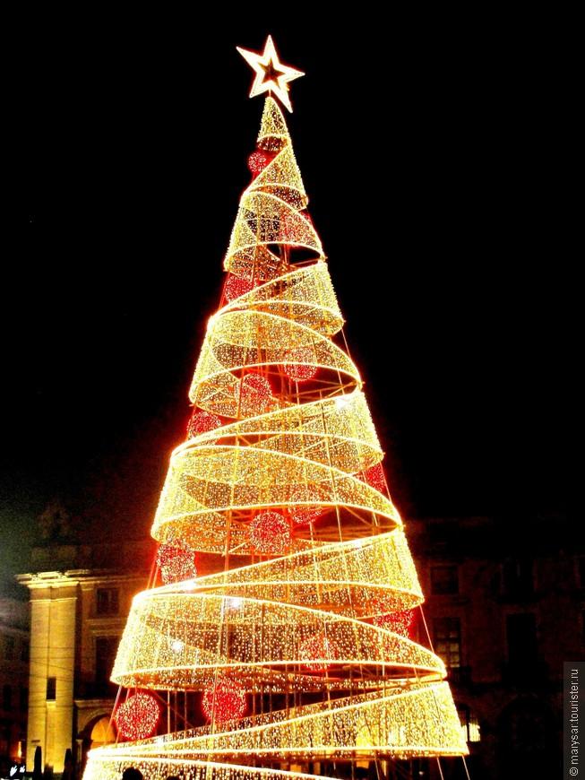 Место основного новогоднего гулянья - площадь Коммерции.