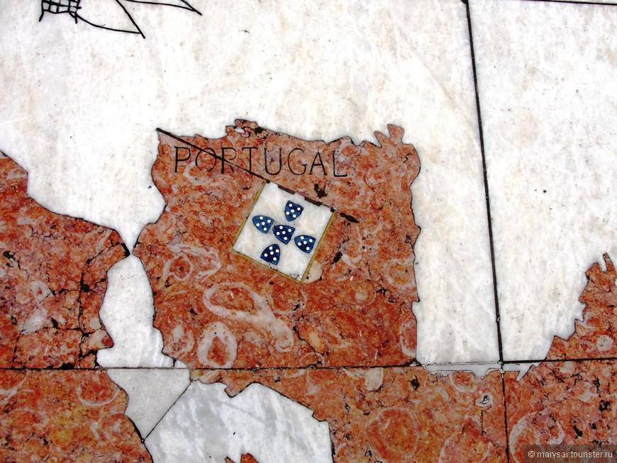 Португалия на карте мира. Тротуар у памятника Первооткрывателям.