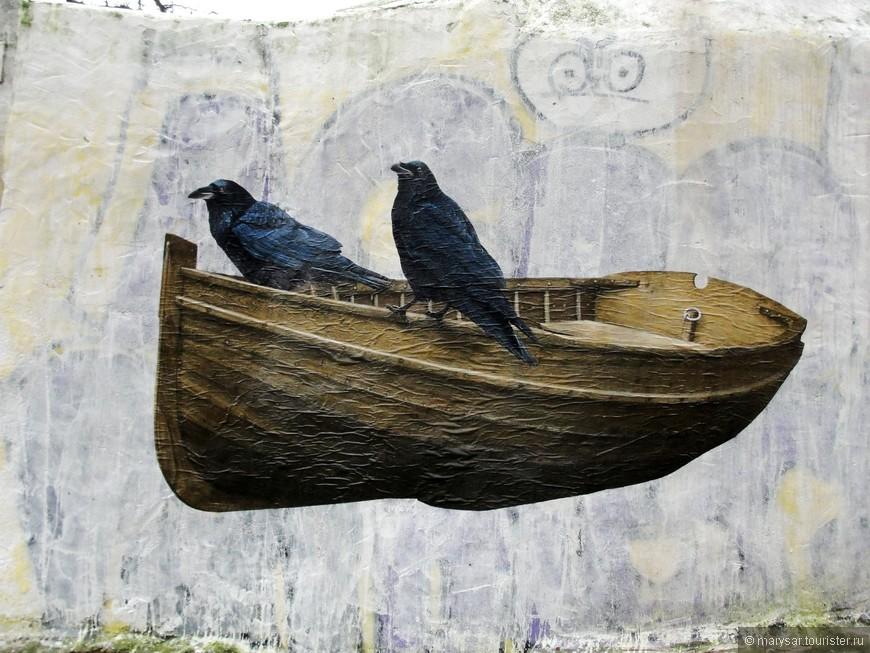 Граффити. Два ворона-символы Лиссабона.