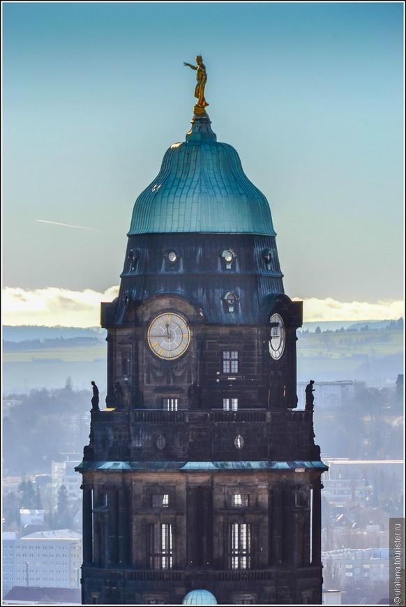 Башня Городской ратуши. Вершину башни венчает позолоченная скульптура Геракла — покровителя Дрездена. Выполнил эту работу Рихард Гур, а позировал ему известный немецкий спортсмен-тяжелоатлет Эвальд Редам.