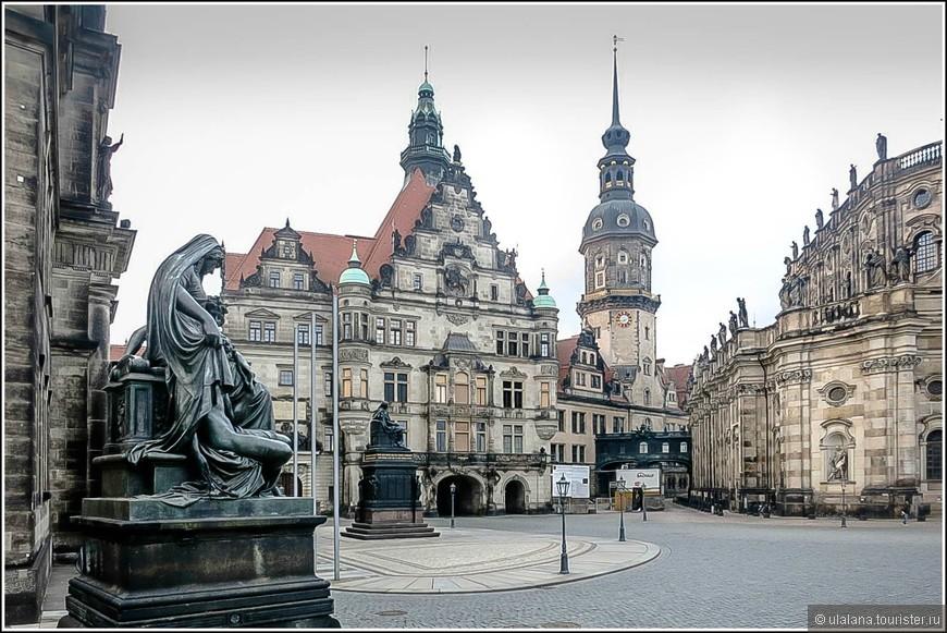 Дрезденский замок-резиденция представляет собой одно из самых старинных сооружений города. Впервые о крепостном сооружении было упомянуто в 1289 году. Далее замок неоднократно перестраивался. Только в 1901 году он приобрел современный вид. В юго-западной башне  замка располагается музей «Грюнес Гевельбе» или Зеленый свод.