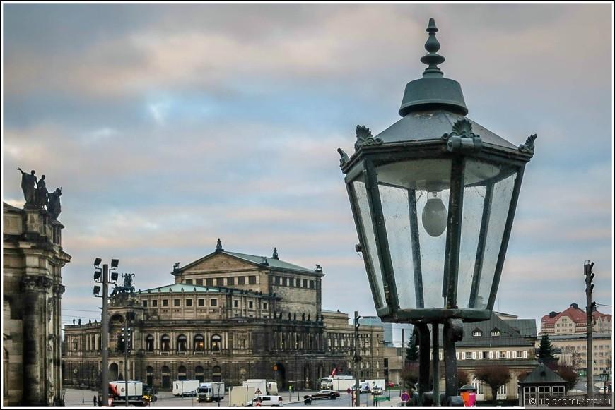Оперный театр Земпера, названный так в честь построившего ее архитектора, является одним из самых старых оперных театров в Германии. Свою историю театр ведет с XVII века. Именно тогда при дворе курфюрста Саксонии стали представлять на суд зрителя музыкальные спектакли.