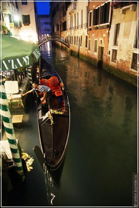 Говорят в Венеции сырость И каналы пропахли тиной, А она все же дарит милость, Хоть прикрыли ее плотиной...  Для кого-то магнитик с лодочкой, Для кого-то с Мурано стекляшка... Я б махнул на Сан Марко полсоточку За подарки судьбы.. Где ж рюмашка?