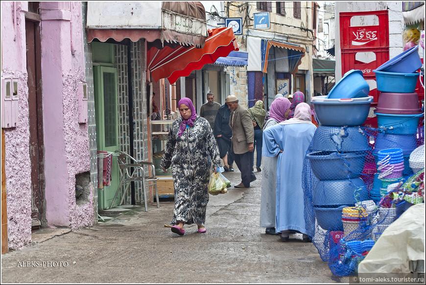 Оставшиеся 40% населения - это по большей части - берберы - жители горных районов. Таким образом, в городах Марокко вы можете встретить людей, говорящих, как на одном из диалектов арабского языка, так и носителей берберского языка. Но практически все население страны исповедует ислам. Раньше в стране было довольно много евреев, но их почти всех арабы изгнали с насиженных мест...