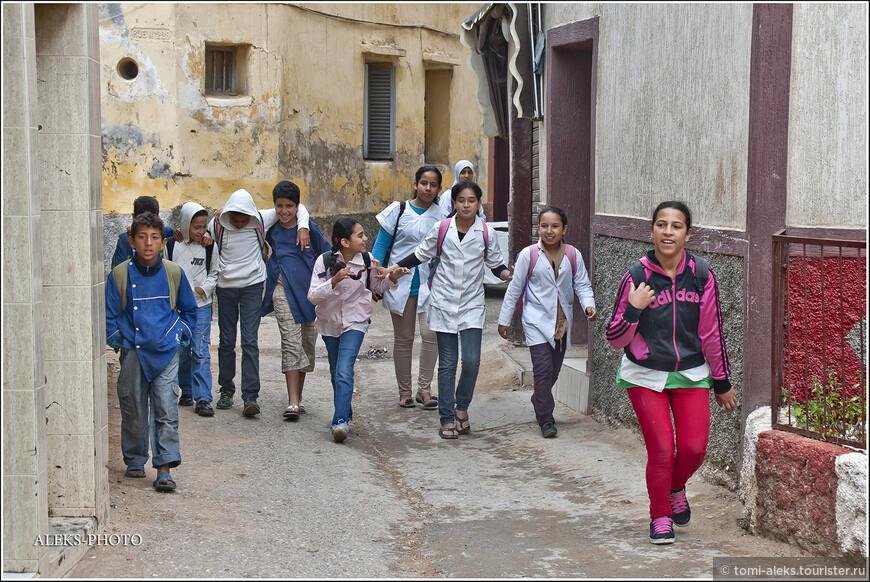 Дети в современных марокканских городах довольно раскрепощены. Они не реагируют так болезненно, когда видят, что их фотографируют. Все-таки определенное влияние западной культуры наблюдается и здесь. Они знают, что такое кока-кола и носят современную одежду. Не уверен, все ли из них имеют сотовые, так как население страны все-таки не назовешь богатым. Скорее всего это для многих из них - предмет роскоши...