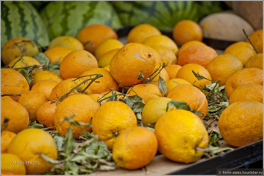 """Апельсины - одно из достояний Марокко. Их экспортируют во многие страны мира. И вообще, Марокко с его солнцем для многих ассоциируется именно с этим фруктом. Оказывается в марокканской кухне существует много разных салатов из апельсинов. Вот рецепты только двух из них (берите на заметку!) Рецепт первый - """"Апельсиновый салат с финиками"""": http://www.povarenok.ru/recipes/show/56119/ и рецепт второй - """"Апельсиновый салат с маслинами и луком"""": http://www.vsyasol.ru/marokkanskij-apel-sinovy-j-salat/2012/05/"""