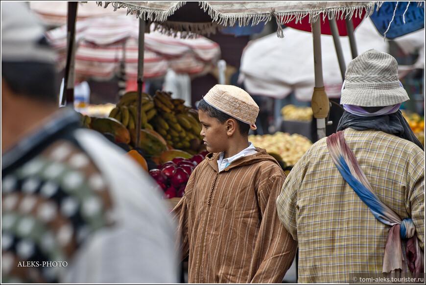 Одно из любимых одеяний марокканцев - джелябы - это такие кафтаны с капюшоном. А на ноги одевают бабуши - тапочки из кожи. Ну, и часто можно увидеть типичную для мусульман тюбетейку... Мальчики практически всегда острижены коротко. Длинноволосых я практически не видел...