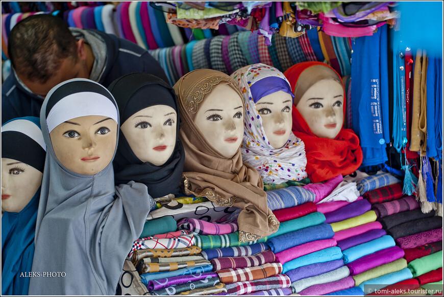Довольно часто, особенно в сельской местности, мы видели женщин, у которых было закрыто лицо. Это чаще всего - берберки - жители гор. У них не принято показывать на людях лицо. Жительницы городов - более раскрепощенные, но все равно у марокканцев принято женщинам ходит с покрытой головой. Радует, что городские модницы имеют право носить не только черные платки, как берберки в горах...