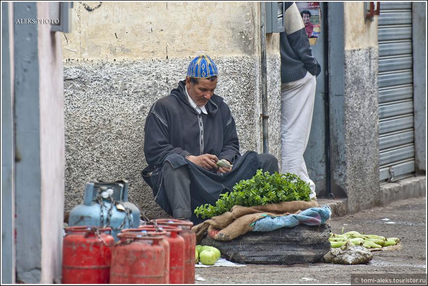 Торговец считает дирхамы. У марокканцев очень распространены металлические монеты. Они служат для того, чтобы давать чаевые (шутка). Куда бы вы не шли в Марокко, надо всегда иметь в кармане мелочь. Если вы не заплатите за любую мелочь, вас здесь не поймут...