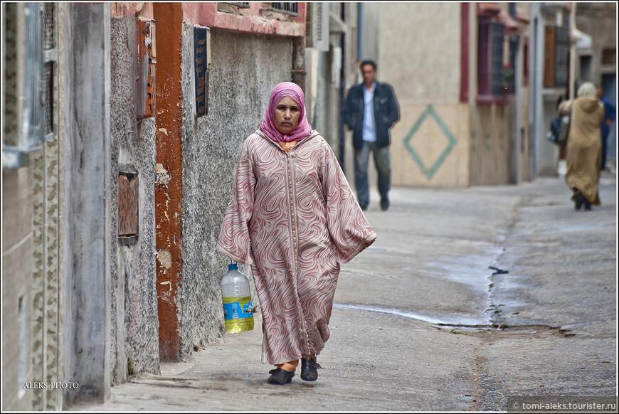 Меня удивляло, что дорогу марокканцы указывают тоже за деньги. Так что - не удивляйтесь: задав любой вопрос марокканцу, вы можете автоматически нащупывать в кармане монеты.  Вот женщина в национальном халате несет, видимо, масло...