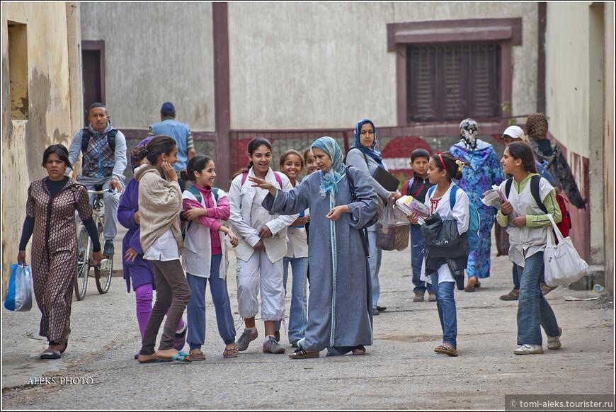 Школьное образование в Марокко длится девять лет. После окончания пятого класса дети сдают национальный экзамен, дающий право учиться дальше. Мы всюду видели в этой стране детей с ранцами за плечами. В любой - самой захудалой деревушке, которые видели из окна автобуса. Надо сказать, что детей в этой стране растят в строгости.