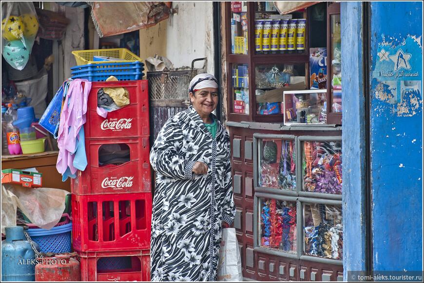 Вот пожалуйста - и здесь кока-кола. Интересно, есть ли такая страна, куда еще не добралась эта вездесущая фирма? Вот такие маленькие лавочки марокканцы открывают прямо у себя дома - главное, чтобы дом выходил на улицу. Прорубил окошко и торгуй...