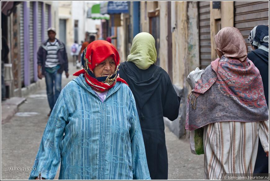 Поэтому становится ясным, откуда столько бедных людей на улицах городов. Женщины - в разноцветных платках. Кстати, марокканские мужчины имеют право заводить до четырех жен.