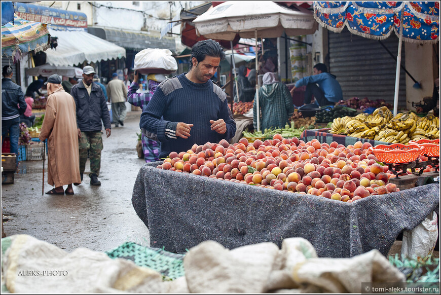 О, а это похоже хозяин этих самых персиков. Торговля - одно из главных занятий марокканцев. Торгуют и молодые и старики. Чаще всего - именно фруктами...