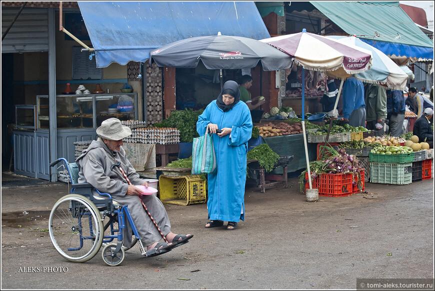 Меня удивило, что местные жители активно подают своим нищим хотя бы пару мелких монет. Видимо, ислам заставляет...