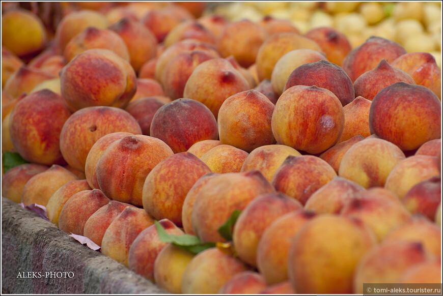 Мы были в Марокко в мае-месяце. В это время на рынках продавалось много разных фруктов. В том числе - персики. Пару раз нам встретились фрукты, которых мы больше нигде не видели - они произрастали в горных районах страны. И, думаю, я еще их позже покажу...