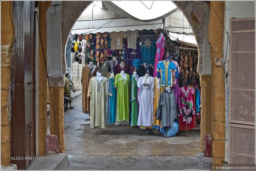 Обувь и национальные костюмы. Если вы покупаете в Марокко обувь - на забудьте ее хорошенько понюхать. Марокканцы для обработки кожи применяют очень специфичные средства, после которых она еще долго благоухает... Продолжение следует и мы пока еще находимся в марокканском городе Эль-Джадида.