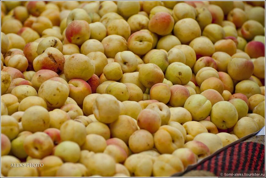 Абрикосы. В мае, когда у нас еще совсем нет фруктов и такие вроде невзрачные абрикосы - это здорово...