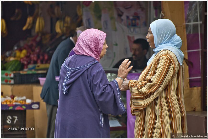 Такие вот национальные халаты идеально приспособлены для климата Марокко. Летом - защищает о жары, а зимой - от ветра. Но в больших городах все чаще можно видеть женщин, которые носят европейскую одежду...