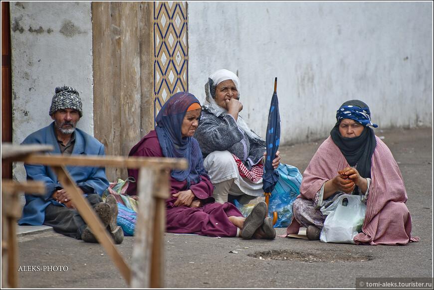 Я не изучил пока вопрос, касающийся обеспечения стариков в этой стране. Но вид у них практически у всех - явно не веселый. Любопытно, что швейцарские депутаты придумали интересный ход - высылать бедных швейцарских пенсионеров на ПМЖ в Марокко, где жизнь в разы дешевле и можно на старости лет погреть косточки...