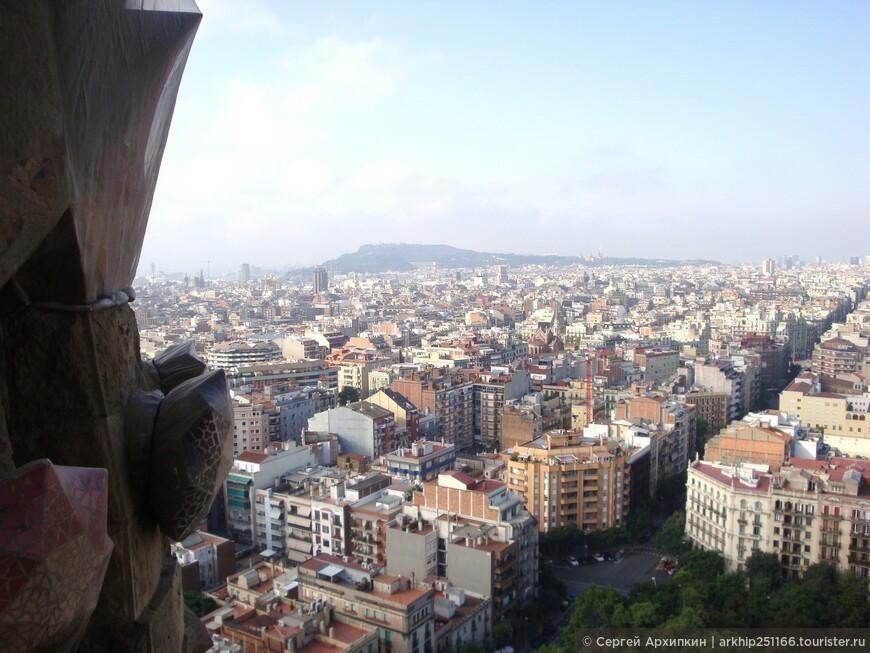 Зайдя в собор я первым дело поднялся на лифте на его вершину - откуда открывался прекрасный вид на Барселону.