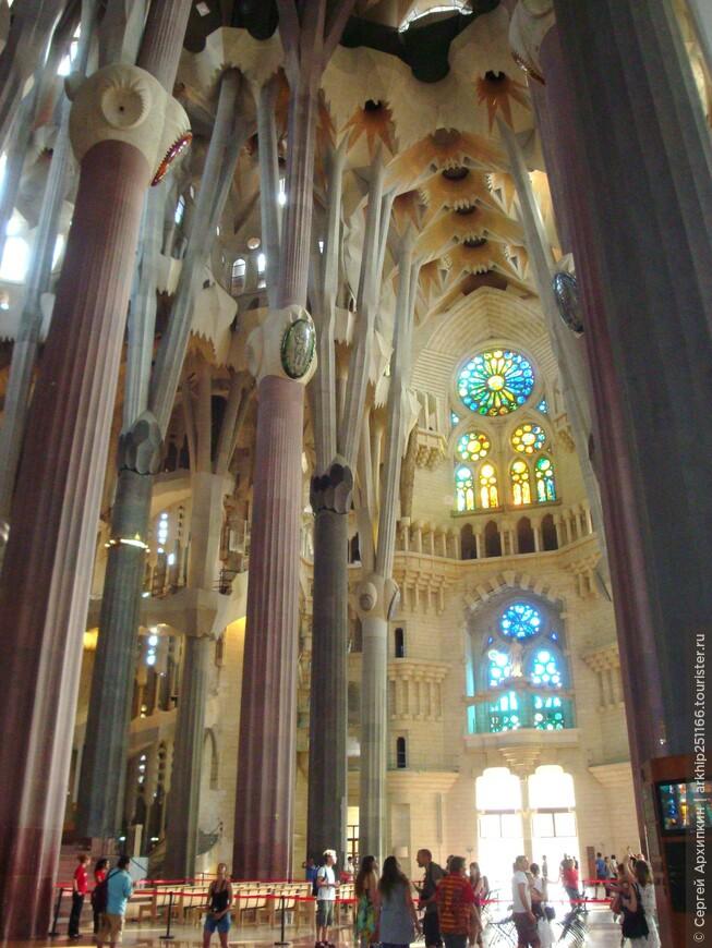 Внутри собор очень красив и элегантен за счет своей высоты.