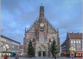 Церковь Богоматери – Фрауэнкирхе. Этот храм в позднеготическом стиле входит в тройку самых больших церквей Нюрнберга. Расположен на главной площади города — Hauptmarkt .