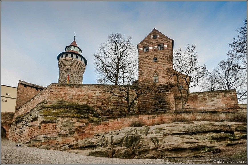 Замок Кайзербург возвышается над Старым городом на вершине скалы