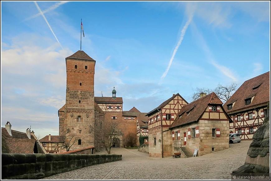 При входе в замок открывается внутренний двор и двухэтажная императорская часовня в романском стиле. Рядом с колодцем (на переднем плане), вырытым в 12 веке, стоит башня Зимвелль