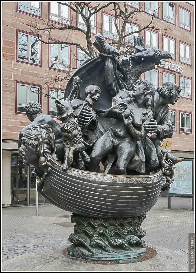 Бронзовая скульптура высотой 3.60 м изображает корабль, на котором дураки плывут в страну глупости под названием Наррагония.