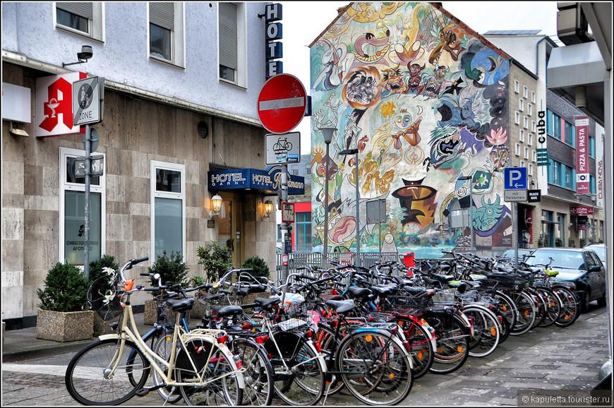 Город велосипедов — так зовут этот город. Говорят, что один из мэров был заядлым поклонником велосипедного спорта, вот и не жалел денег на обустройство велосипедных дорожек. Так или не так, но здесь настоящий рай для велосипедистов.