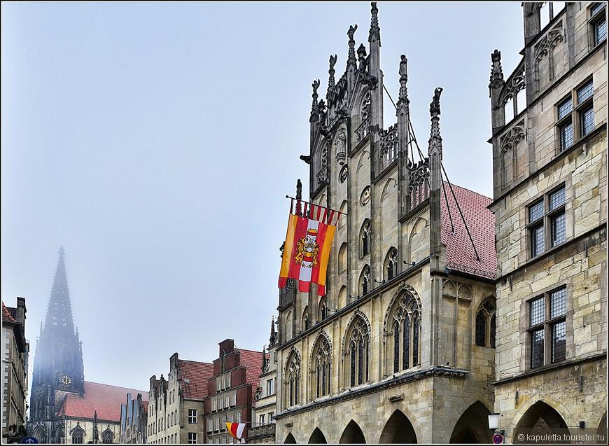 И ратуша, и церковь св. Ламберта находятся на улицe городских старейшин Принципальмаркт. Улица, на которую очень забавно смотреть сбоку — на каждый дом спереди «наложен» великолепный ренессансный фасад, который, как правило, в полтора-два раза выше, чем сам дом. С гербами, с позолотой, с резьбой, со скульптурами – на каждом доме по-своему и одновременно в гармонии с остальными домами.