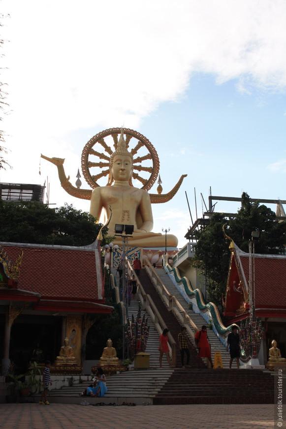 Если подняться по этой лестнице, вы увидите, что статую Будды окружает открытая галерея, с потолка которой свисают колокола самых разных размеров. Нам рассказали, что в самом начале галереи слева нужно внести небольшое пожертвование и взять специальную колотушку, загадать желание и поочередно ударить во все колокола, чтобы ваше желание сбылось!