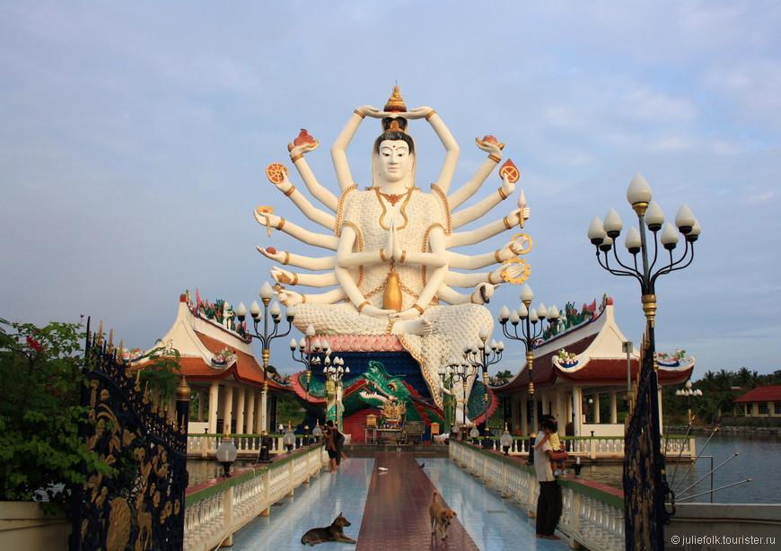 Храм Ват Плай Лаем, мы называли его Храм Многорукой богини =)