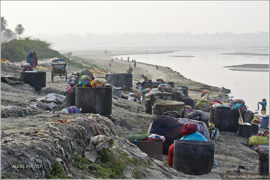 А мы, насмотревшись на прачек, перемещаемся дальше, вдоль по реке — в то место, где на ее берегу был возведен знаменитый Тадж-Махал.