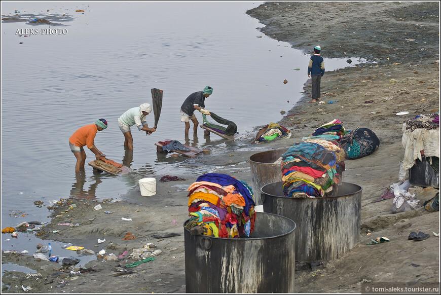 С водой у индийцев особые отношения — стирают ли они белье или совершают ритуальное омовение. Кажется, что суть — одна и та же — достижение чистоты!