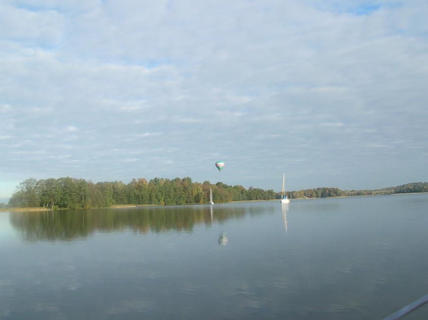 Тракайское озеро, яхты и воздушные шары, кстати очень популярные в Литве.